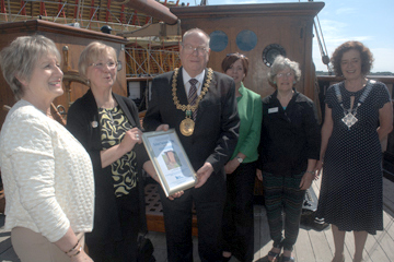 Lesley Quirk (left) & Dundee Soroptimists present the Lord Provost with the city's award